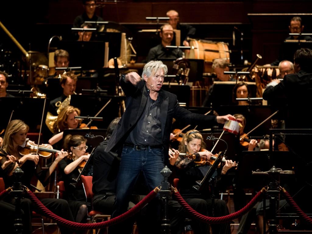 Het eerste familieconcert Pepernoten voor groot orkest onderleiding van dirigent Rory Macdonald met als verteller Jeroen Kramer. Jeroen Kramer op het podium.